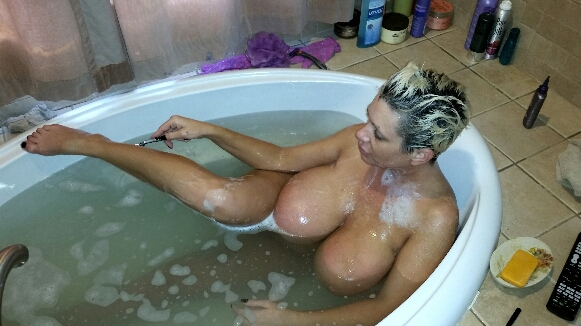 Big tits Claudia Marie in the bath shaving her legs